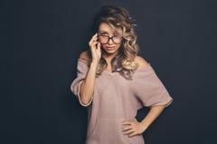 Porträt eines jungen schönen blond-haarigen tragenden modischen glasse Stockfotos