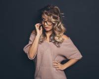 Porträt eines jungen schönen blond-haarigen tragenden modischen glasse Lizenzfreie Stockfotografie