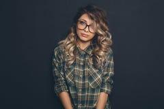 Porträt eines jungen schönen blond-haarigen tragenden modischen glasse Lizenzfreie Stockfotos