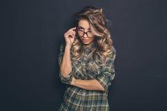 Porträt eines jungen schönen blond-haarigen tragenden modischen glasse Stockfoto