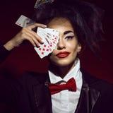 Porträt eines jungen schönen Damencroupiers in einem Bild der Spassvogels lizenzfreie stockfotografie