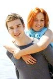 Porträt eines jungen schönen glücklichen Paars draußen Lizenzfreies Stockfoto