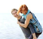 Porträt eines jungen schönen glücklichen Paars draußen Stockfoto