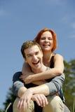 Porträt eines jungen schönen glücklichen Paars draußen Stockfotos
