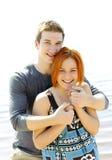 Porträt eines jungen schönen glücklichen Paars draußen Stockbilder