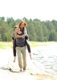 Porträt eines jungen schönen glücklichen Paars draußen Lizenzfreie Stockfotografie
