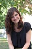 Porträt eines jungen schönen lächelnden Mädchens Lizenzfreies Stockfoto