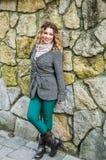 Porträt eines jungen schönen Mädchens, das nahe einer Steinwand steht Lizenzfreie Stockbilder