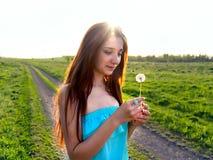 Porträt eines jungen schönen Mädchens draußen lizenzfreies stockfoto