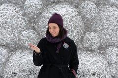 Porträt eines jungen schönen Mädchens draußen im Winter lizenzfreies stockbild