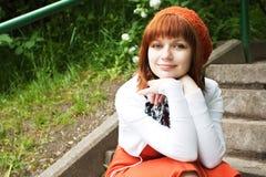 Porträt eines jungen schönen Mädchens in einem gestrickten Barett Stockbild