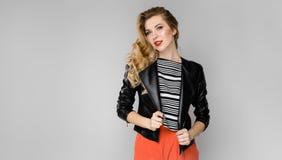 Porträt eines jungen schönen Mädchens mit dem blonden Haar in einer Lederjacke Lizenzfreie Stockfotografie
