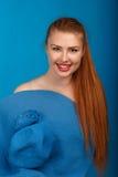 Porträt eines jungen sexy Rothaarigemädchens in einem blauen Hut Lizenzfreie Stockbilder