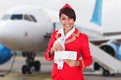 Porträt eines jungen Stewardesses lizenzfreie stockfotografie