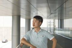 Porträt eines jungen und attraktiven Mannes Stockbilder
