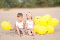 Porträt eines Jungen und des Mädchens auf dem Strand Lizenzfreies Stockfoto