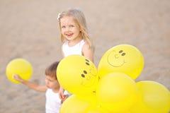 Porträt eines Jungen und des Mädchens auf dem Strand Lizenzfreies Stockbild
