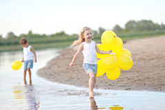 Porträt eines Jungen und des Mädchens auf dem Strand Lizenzfreie Stockbilder