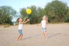 Porträt eines Jungen und des Mädchens auf dem Strand Lizenzfreie Stockfotografie