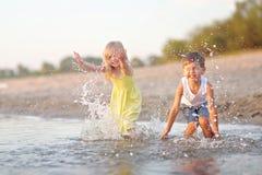Porträt eines Jungen und des Mädchens auf dem Strand Stockfoto