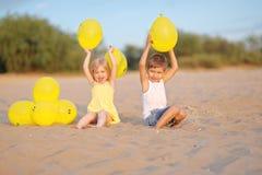 Porträt eines Jungen und des Mädchens auf dem Strand Stockbild
