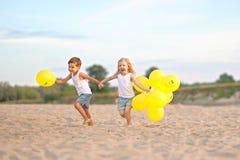Porträt eines Jungen und des Mädchens auf dem Strand Stockfotos