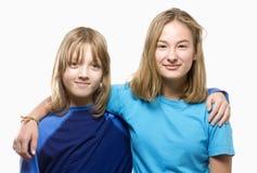Porträt eines Jungen und des Mädchens mit dem blondes Haar-Schauen Lizenzfreies Stockfoto