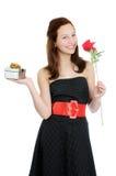 Porträt eines jungen und schönen Mädchens mit dem Geschenk und Rose getrennt auf dem weißen Hintergrund lizenzfreies stockbild