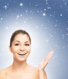 Porträt eines jungen und schönen Siegermädchens auf einem schneebedeckten Hintergrund Stockbild