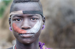 Porträt eines Jungen von Mursi-Stamm, Äthiopien Lizenzfreies Stockfoto