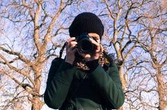 Porträt eines jungen vorbildlichen nehmenden Bildes mit einem Reflex stockfotos