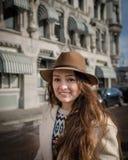 Porträt eines jungen weiblichen Touristen mit elegantem Hut lizenzfreies stockfoto