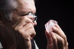 Porträt eines Juweliers während der Bewertung von Juwelen Lizenzfreies Stockfoto