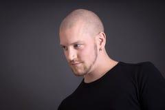 Porträt eines kühlen jungen Mannes lokalisiert auf Schwarzem Lizenzfreies Stockfoto