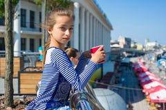 Porträt eines kühlen Mädchens 10 Jahre alt Stockfoto