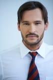 Porträt eines kaukasischen überzeugten Geschäftsmannes Lizenzfreie Stockbilder