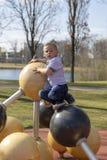 Porträt eines kleinen blonden Jungen auf Spielplatz stockbild