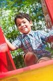 Porträt eines kleinen indischen Jungen draußen Lizenzfreie Stockfotografie
