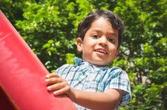 Porträt eines kleinen indischen Jungen draußen Stockfoto