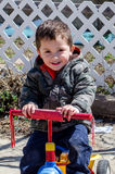 Porträt eines kleinen Jungen auf Fahrrad Lizenzfreie Stockbilder