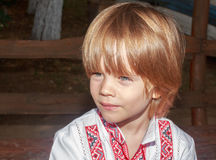Porträt eines kleinen Jungen in einem Weiß stickte Hemd Lizenzfreies Stockfoto