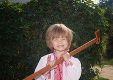 Porträt eines kleinen Jungen in einem Weiß stickte Hemd draußen Lizenzfreie Stockbilder
