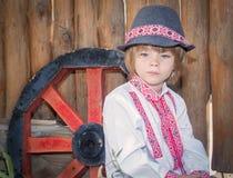 Porträt eines kleinen Jungen in einer rustikalen Art Lizenzfreie Stockfotos