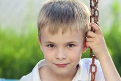Porträt eines kleinen lächelnden Jungen mit goldenem blondem Strohhaar I Lizenzfreie Stockfotografie