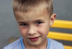 Porträt eines kleinen lächelnden Jungen mit goldenem blondem Strohhaar I Lizenzfreies Stockfoto