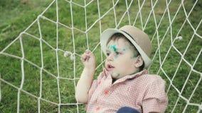 Porträt eines kleinen lustigen Jungen 2-3 Jahre alt mit Windpocken in einer Hängematte stock video
