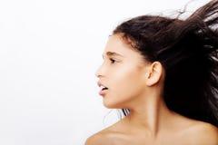 Porträt eines kleinen Mädchens, das ihr Haar leicht schlägt Lizenzfreies Stockfoto