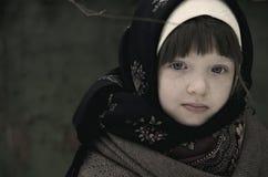 Porträt eines kleinen Mädchens in einer rustikalen Art stockbild