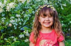 Porträt eines kleinen Mädchens im Apfelgarten Stockbilder