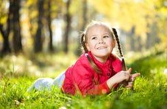 Porträt eines kleinen Mädchens im Herbstpark lizenzfreies stockbild
